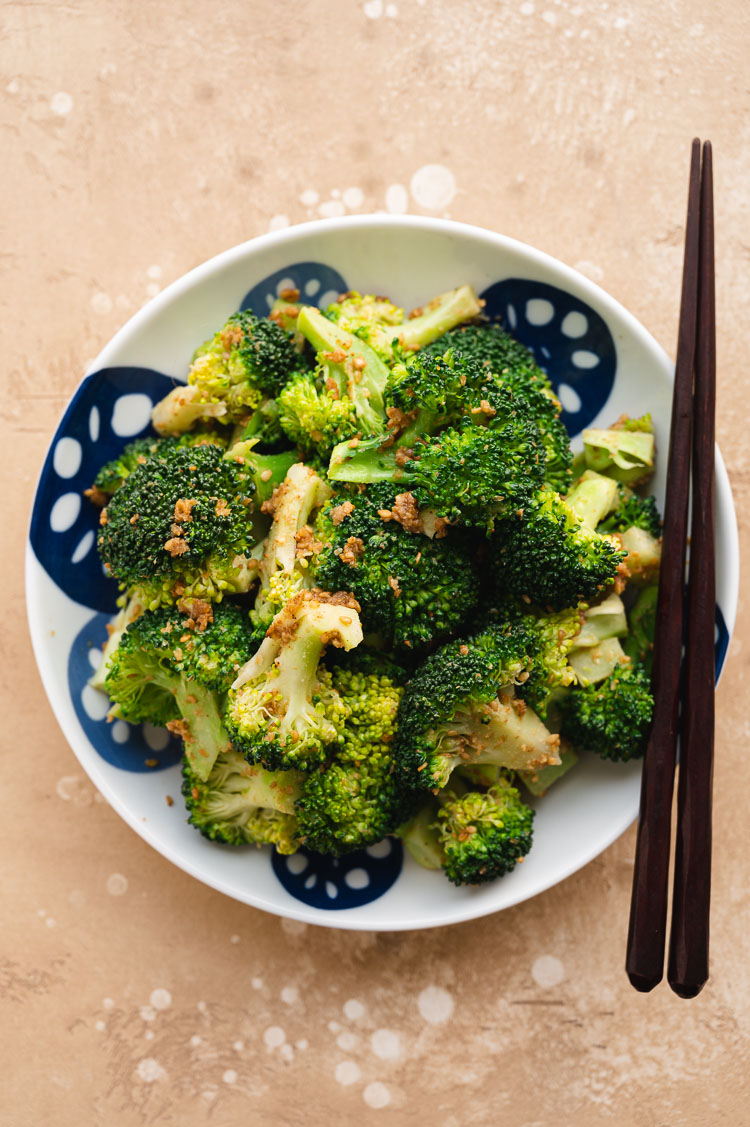 broccoli gomaae on a plate with chopsticks