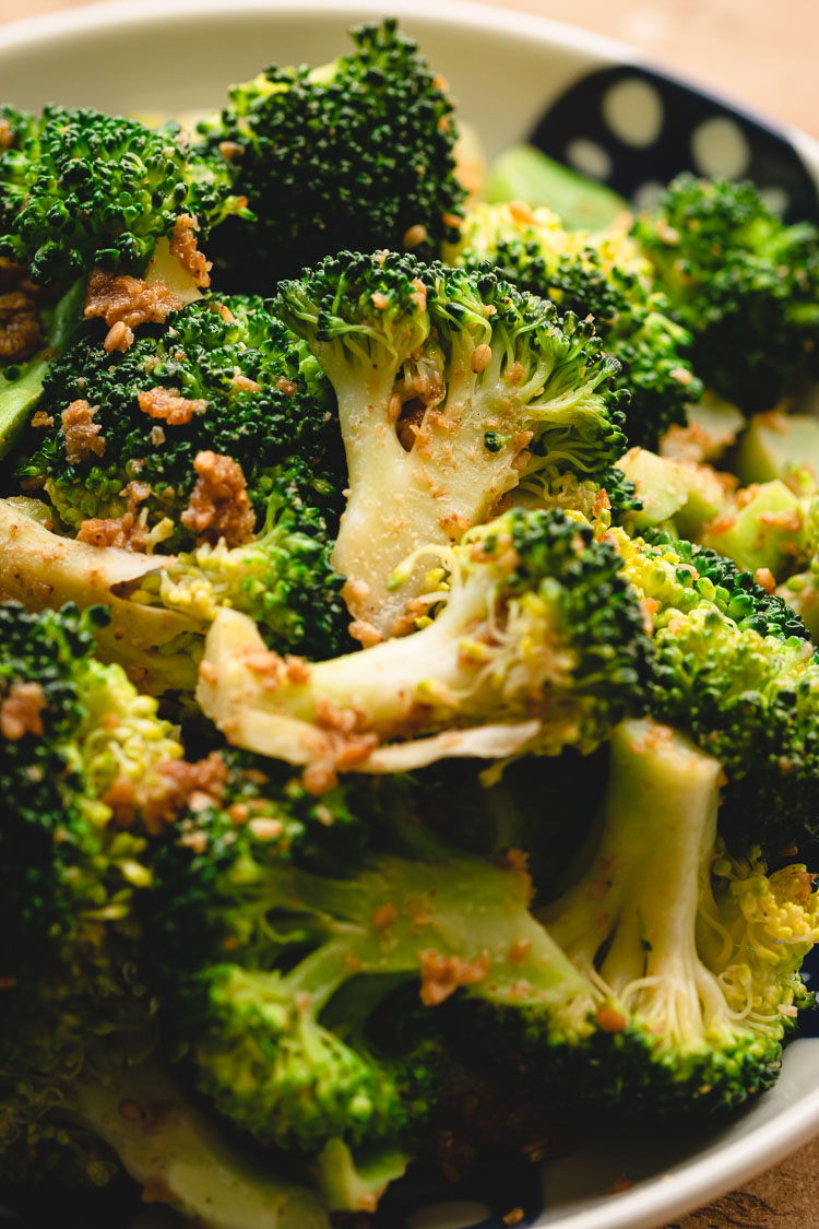 broccoli gomaae on a plate